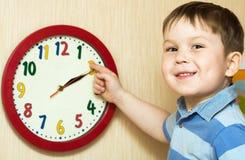 Gosse avec l'horloge Image stock