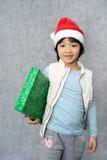 Gosse avec le cadeau de Noël Photo libre de droits