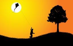 Gosse avec le cerf-volant au coucher du soleil illustration libre de droits