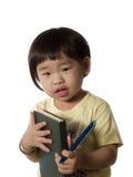 Gosse avec le livre et le crayon lecteur photographie stock