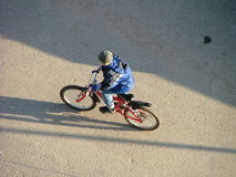 Gosse avec une bicyclette Photo libre de droits