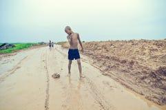 gosse cambodgien jouant des pauvres Image libre de droits