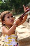 Gosse cambodgien vendant des cartes postales Image stock