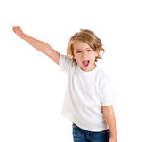 Gosse criant avec la main heureuse d'expression vers le haut Photographie stock libre de droits