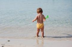 Gosse dans la plage photo libre de droits
