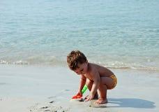 Gosse dans la plage Image libre de droits