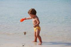 Gosse dans la plage image stock