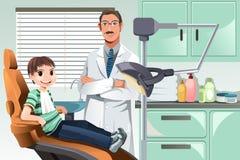 Gosse dans le bureau de dentiste Photographie stock libre de droits