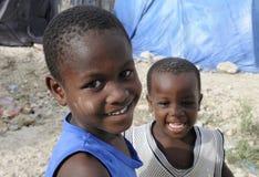 Gosse de deux haïtiens. Photo libre de droits