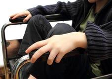 Gosse de fauteuil roulant Images stock