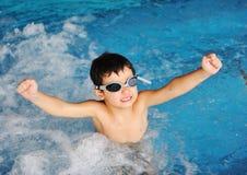 Gosse de natation photo stock