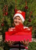 Gosse de Noël donnant un cadeau photographie stock libre de droits