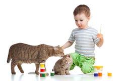 Gosse de peinture avec les chats mignons Photo libre de droits
