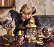 Gosse de sorcière avec la bille en cristal. Photographie stock libre de droits