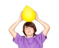 Gosse drôle avec un ballon jaune Image libre de droits