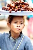 Gosse du Cambodge vendant la nourriture Image libre de droits