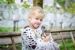 Gosse et chat Photographie stock libre de droits
