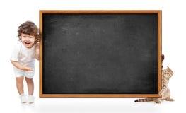 Gosse et chat avec le tableau noir blanc photographie stock libre de droits