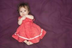 gosse fille dans une robe découpée sur un pourpre photos libres de droits