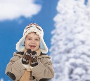 Gosse heureux à l'hiver Images libres de droits