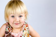 Gosse heureux avec des œil bleu Photographie stock