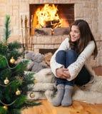 Gosse heureux d'adolescent près d'arbre de Noël Photo stock