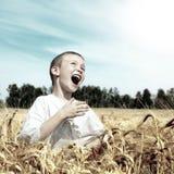 Gosse heureux extérieur Photo stock