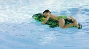 Gosse jouant à la piscine Images libres de droits