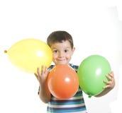 Gosse jouant avec des baloons Image stock