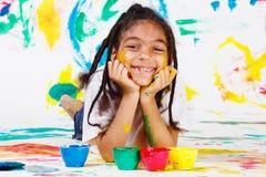 Gosse jouant avec des peintures de doigt Photographie stock