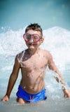 Gosse jouant dans l'eau Image stock