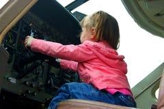 Gosse pilotant l'avion Image libre de droits