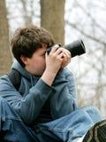 Gosse prenant des photos Photographie stock