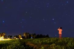 Gosse regardant les étoiles Photographie stock libre de droits