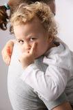 Gosse sur des mains de mères. Images stock