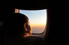 Gosse sur l'avion. image stock