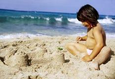 Gosse sur la plage Image stock