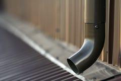 Gossenmetallsystemrohr Browns neues Vertikaler Bau für das Ablassen des Regenwassers aus Gebäudedach auf der Wand Lassen Sie Schu Stockfotografie