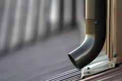 Gossenmetallsystemrohr Browns neues Vertikaler Bau für das Ablassen des Regenwassers aus Gebäudedach auf der Wand Lassen Sie Schu Stockfotos