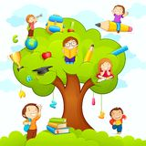 Gosses étudiant sur l'arbre Image stock