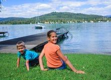 Gosses au lac Image libre de droits