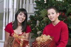 Gosses avec des cadeaux image stock