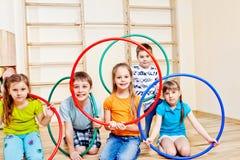 Gosses avec des cercles de hula Image libre de droits