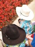 Gosses avec des chapeaux de cowboy Images stock