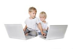 Gosses avec des ordinateurs portatifs images libres de droits