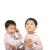 Gosses avec l'inspection de santé par le stéthoscope Photographie stock libre de droits