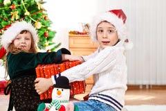 Gosses avec le cadeau de Noël Images libres de droits