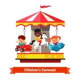 Gosses ayant l'amusement sur un carrousel de carnaval illustration libre de droits