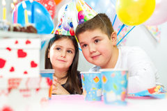 Gosses célébrant la fête d'anniversaire Photographie stock libre de droits