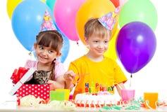 Gosses célébrant la fête d'anniversaire et le chaton comme cadeau Photos libres de droits